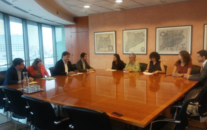 El Grup Promotor de la Llei 24/2015 s'ha reunit amb el conseller Damià Calvet per exigir-li recuperar la Llei aquest mes d'octubre i aconsegueix el compromís públic de la Generalitat per fer-ho efectiu